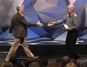 Bill Hybel und der porminente Mormone Joseph Grenny beim Leiterschaftskongress in Willow-Creek (screenshot youtube)